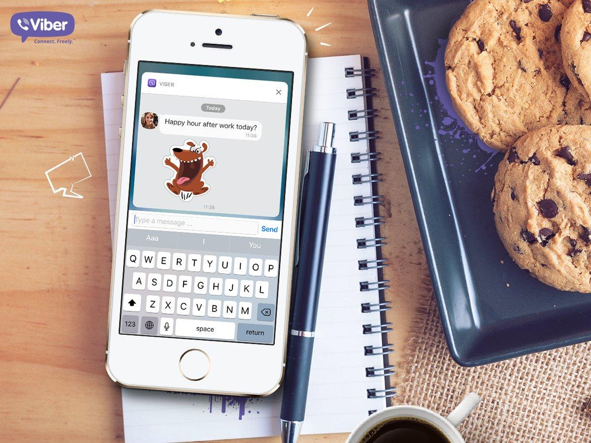 Смартфон и печенье на столе