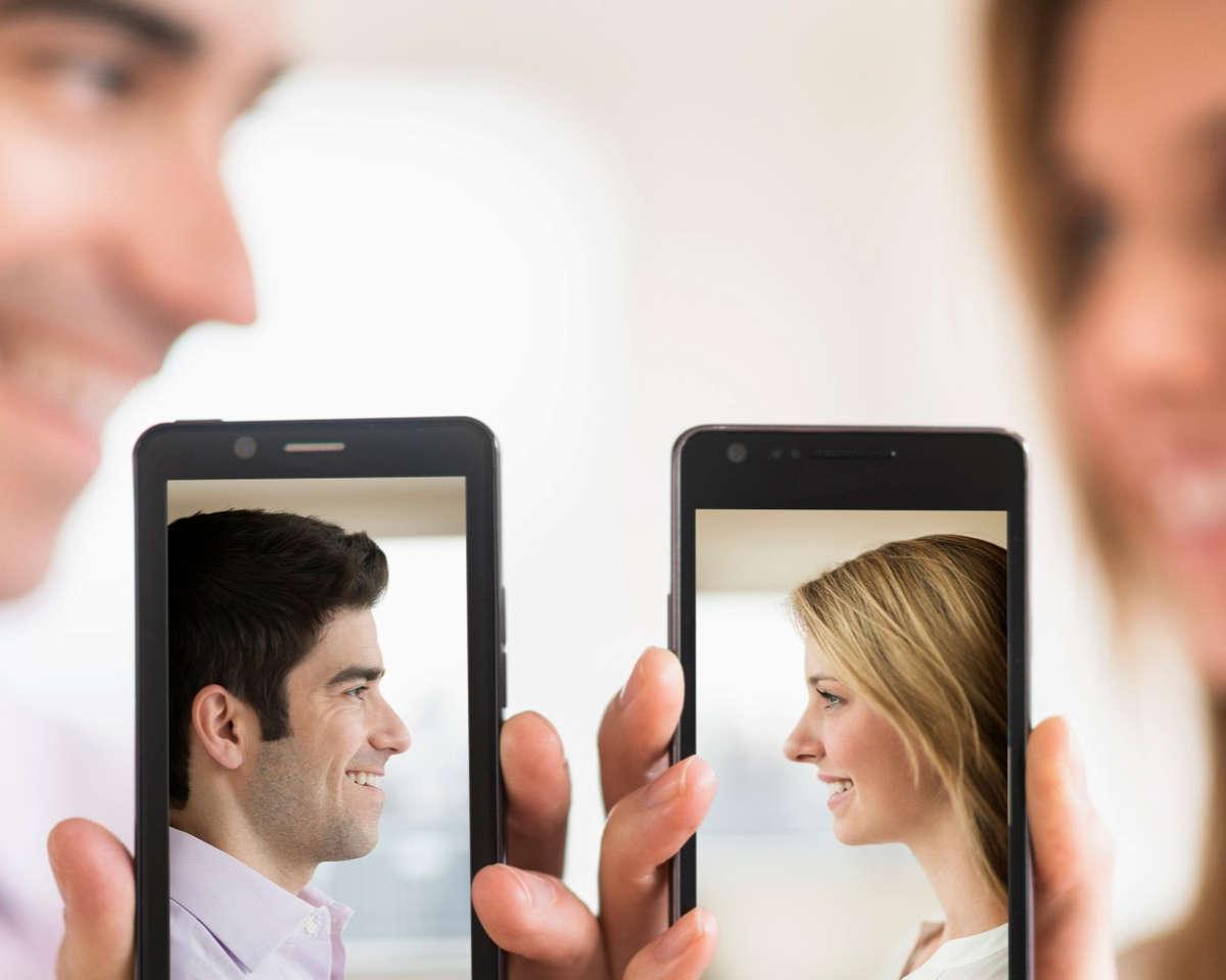 Мужчина и женщина на экранах смартфонов