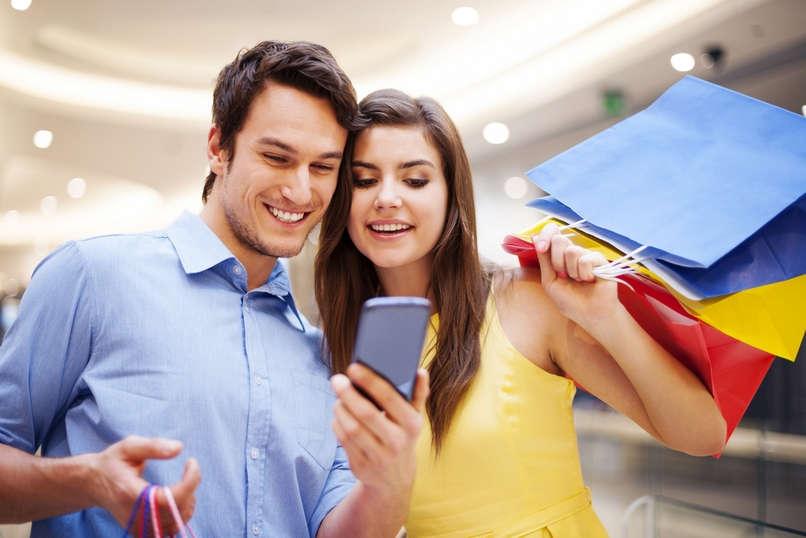 Мужчина и женщина с покупками