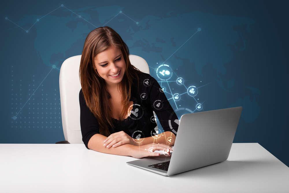 Девушка перед ноутбуком