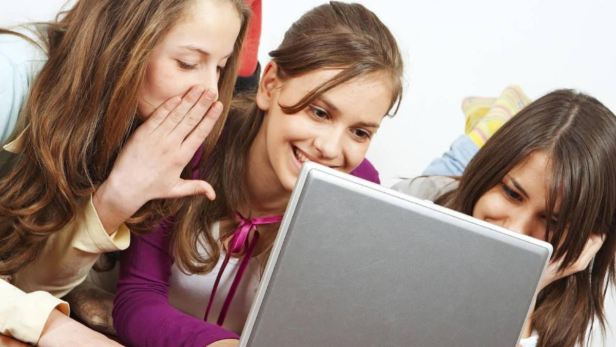 Девушки у ноутбука