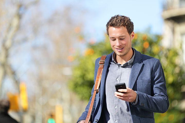 Мужчина на улице с телефоном