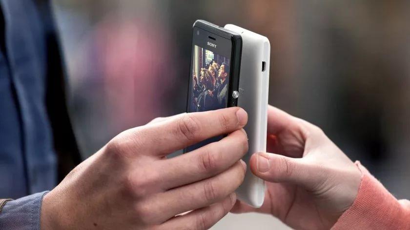 Руки со смартфонами