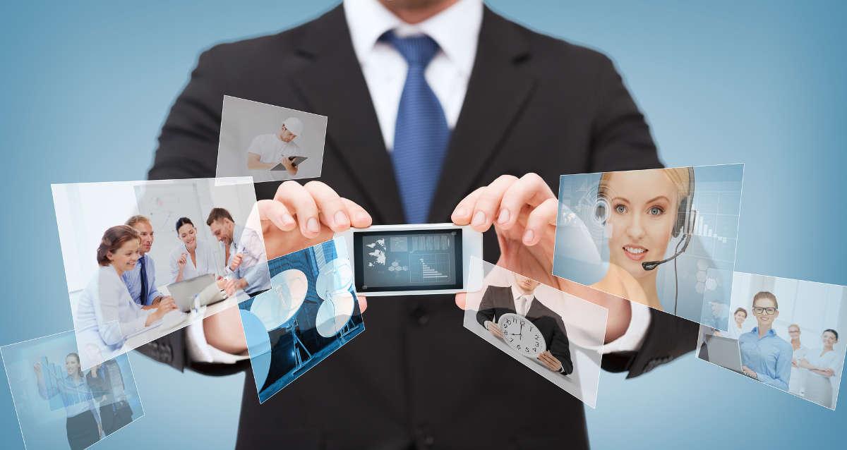 Бизнесмен со смартфоном в руках