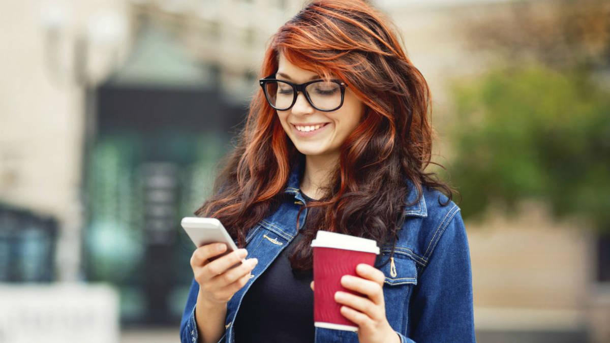 Девушка с телефоном на улице