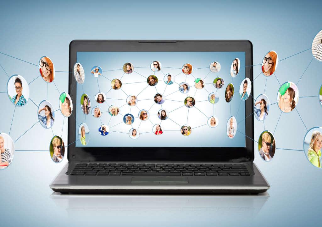 Сеть общения на фоне ноутбука