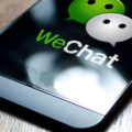 Логотип Wechat на смартфоне