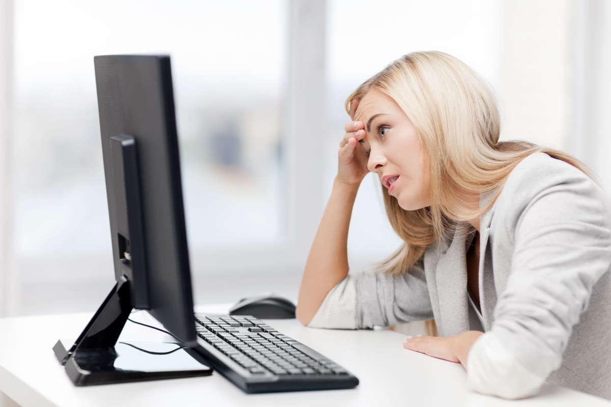 Девушка перед компьютером