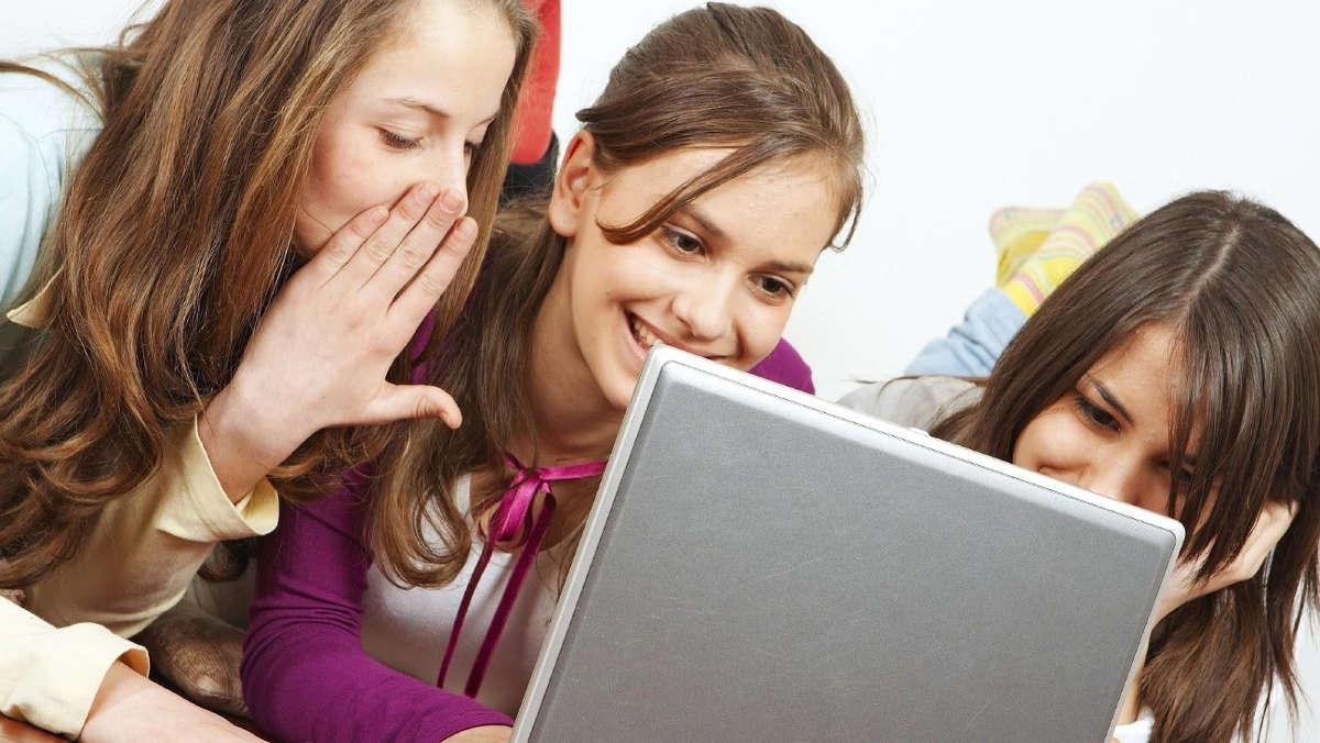 Подростки у ноутбука