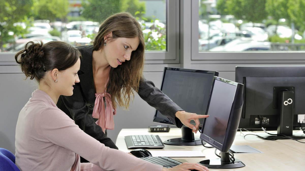 Девушки в офисе у компьютера