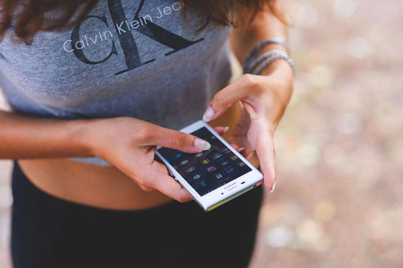 Смартфон в руках девушки