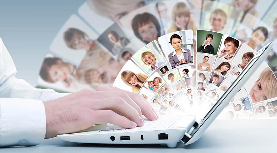 Портреты людей над ноутбуком