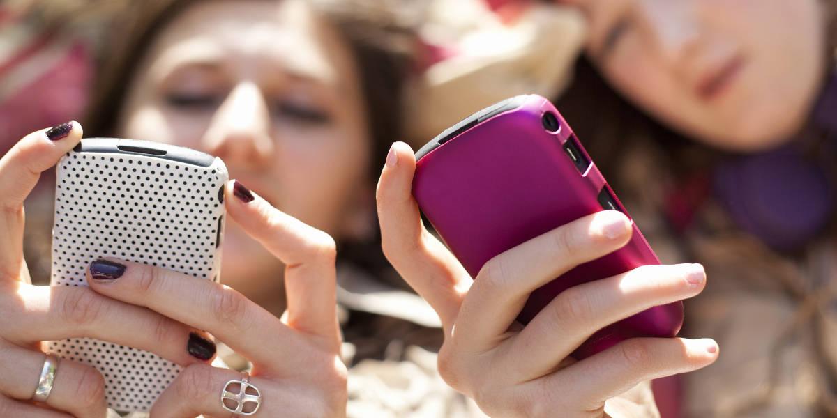 Девушки со смартфонами