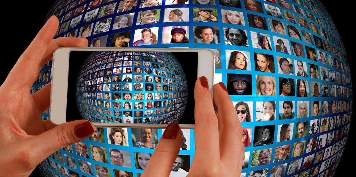 Множество аватарок и смартфон