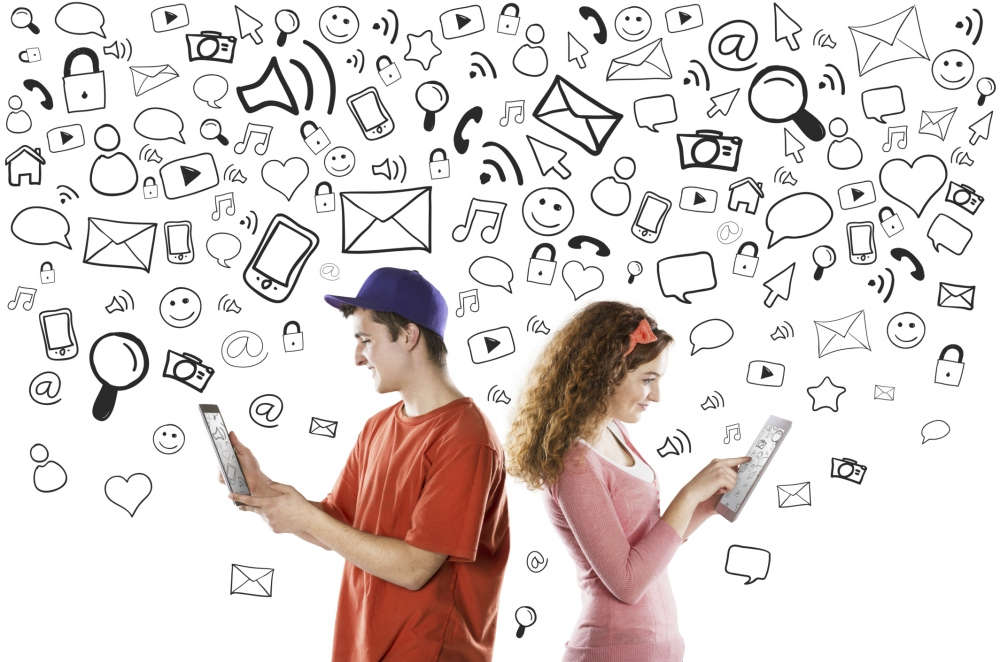 Парень и девушка с планшетами