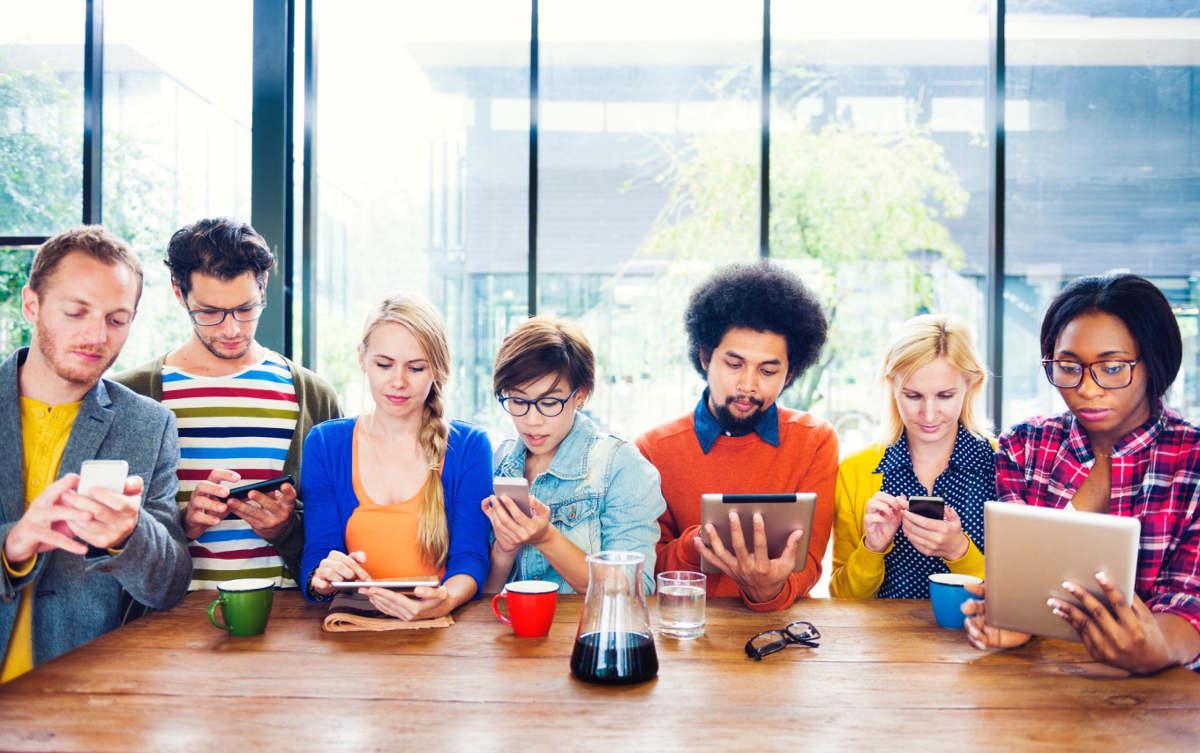 Люди в кафе со смартфонами в руках