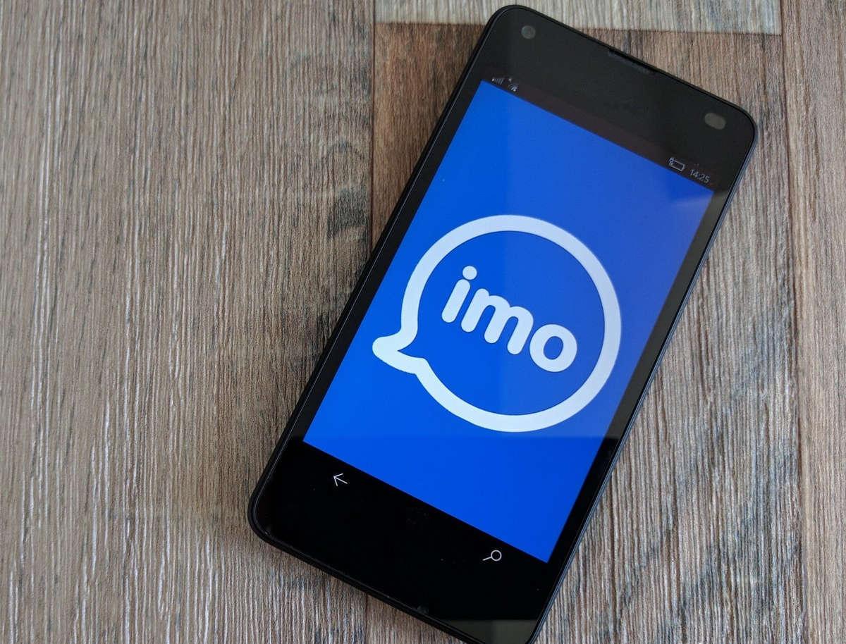 Логотип IMO на экране смартфона