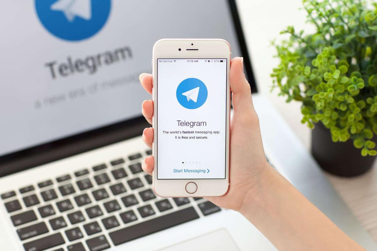 Telegram на экране телефона