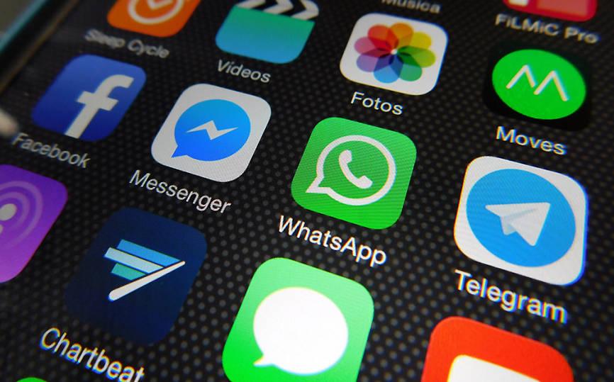 Иконки мессенджеров на экране телефона