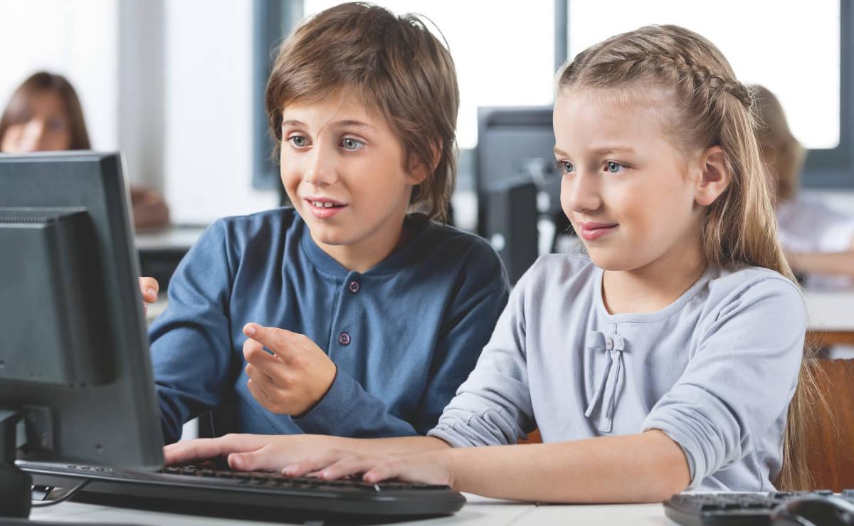 Мальчик и девочка перед компьютером