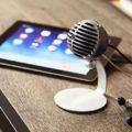 Микрофон и планшет на столе