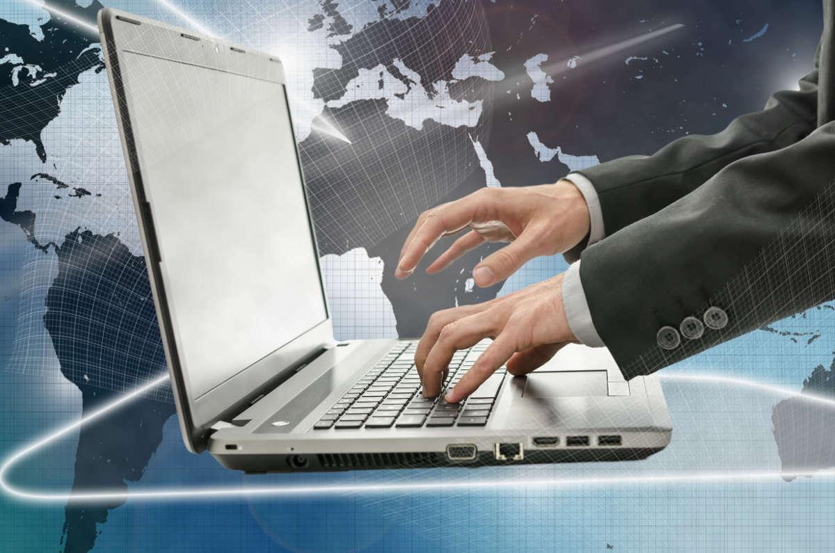 Руки бизнесмена над ноутбуком