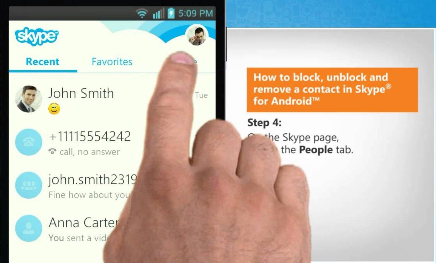 Палец над экраном Skype
