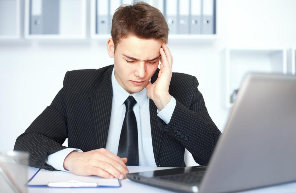 Бизнесмен перед ноутбуком