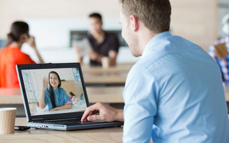Мужчина общается с женщиной в Интернете