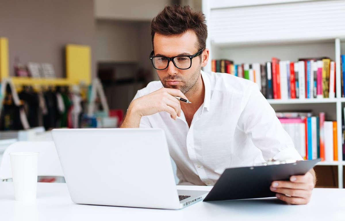 Бизнесмен за ноутбуком