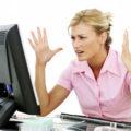 Расстроенная женщина перед компьютером