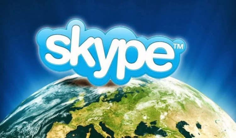 Логотип Skype над Землёй