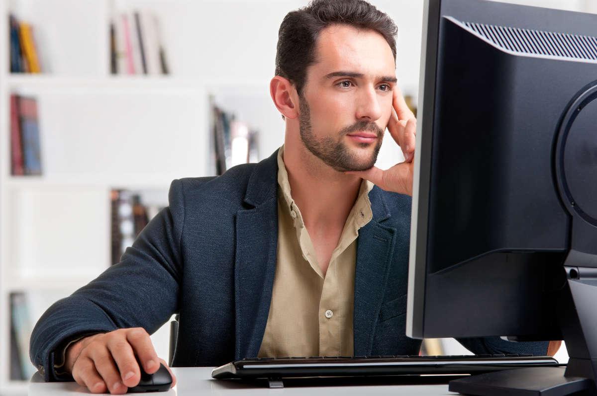 Мужчина перед компьютером