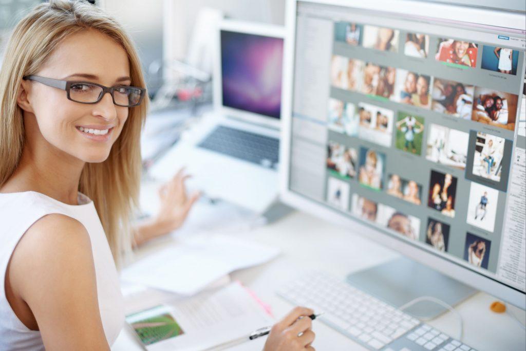 Девушка дизайнер перед компьютером