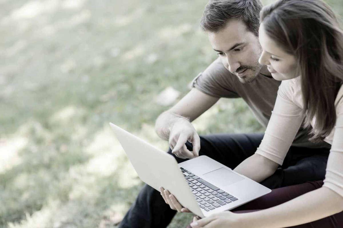 Мужчина и женщина с ноутбуком