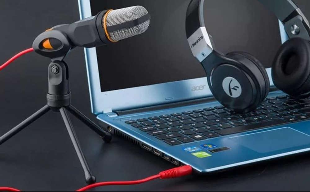 Микрофон, наушники и ноутбук
