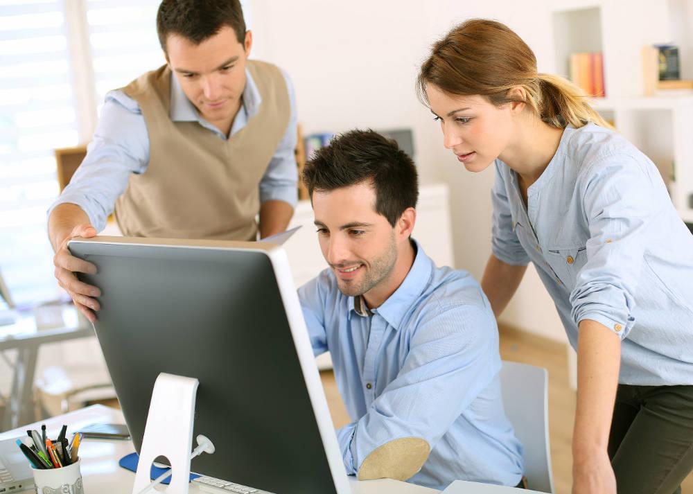 Группа деловых людей перед компьютером