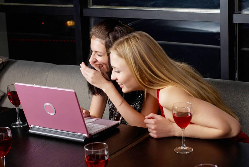 Две девушки перед ноутбуком