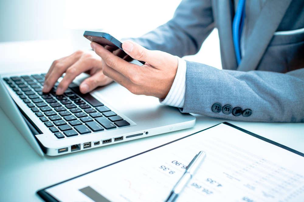 Бизнесмен у ноутбука