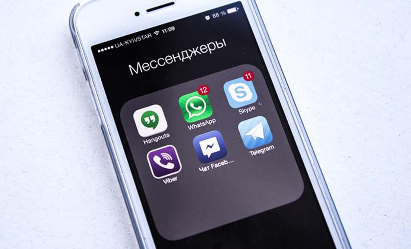 Значки мессенджеров на экране смартфона