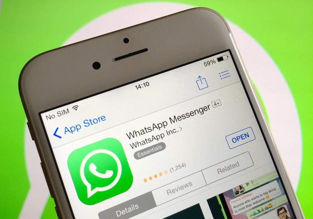 Иллюстрация на тему Как отправить фото по Ватсапу: инструкции для Андроида и Айфона