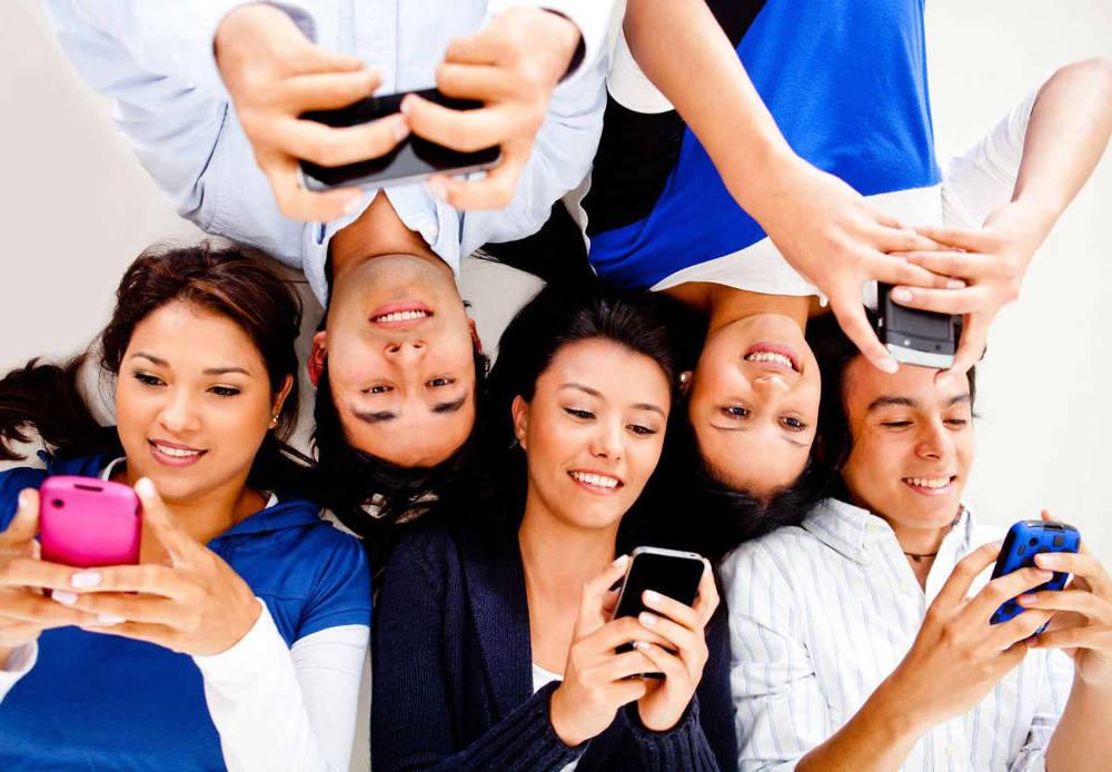 Иллюстрация на тему Как создать группу в Ватсапе: инструкции для Андроид и iPhone
